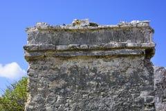 古老玛雅大厦废墟的被风化的外墙反对蓝天的在Tulum,墨西哥 免版税库存图片