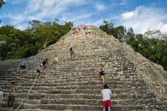 古老玛雅金字塔的高台阶 免版税库存照片