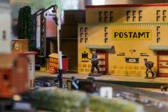 古老玩具火车的安排 免版税图库摄影