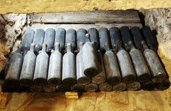 古老瓶酒在古老地窖里 独特vi 库存照片