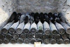 古老瓶酒在古老地窖里 独特vi 免版税库存照片