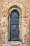 古老的天主教堂的窗口 库存图片
