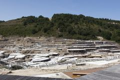 古老盐平底锅的全视图在Añana,巴斯克地区, 免版税库存照片