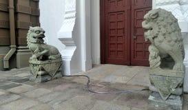 古老石中国监护人狮子雕塑夫妇在宫殿 库存照片