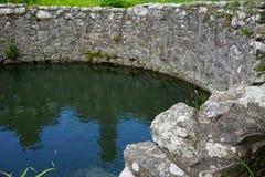 古老石储水池充满水 免版税库存图片