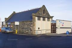 古老石头在Groomsport沿海村庄的港口修造了船库在县下来北爱尔兰 库存图片