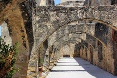古老石头被成拱形的走道 免版税库存照片