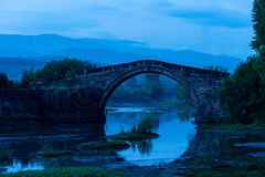 古老石桥梁在清早 免版税库存图片
