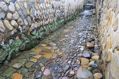 古老石胡同在雨中 免版税库存照片