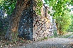 古老石头在森林破坏了房子 免版税图库摄影
