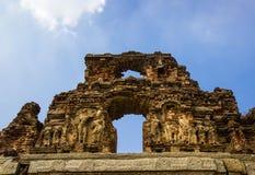 古老砖墙在亨比,印度 库存照片