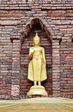 古老砖菩萨金黄pogoda s staue 库存照片