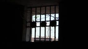 古老禁止的电池土牢堡垒框架历史里面横向格子全景监狱海景看见视图视窗 在黑暗的小窗口与格子 影视素材