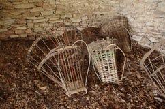 古老篮子(高山Gerla)在小屋的地板上 免版税库存照片