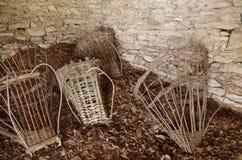 古老篮子(高山Gerla)在小屋的地板上 库存图片
