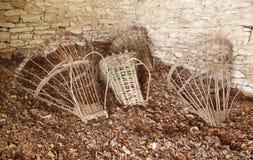 古老篮子(高山Gerla)在小屋的地板上 库存照片