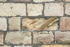 古老粉碎的石头位于老堡垒墙壁 免版税库存照片