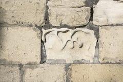 古老粉碎的石头位于老堡垒墙壁 库存照片