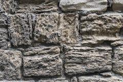 古老粉碎的石头位于老堡垒墙壁 免版税图库摄影