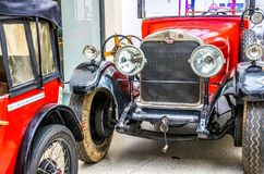 古老红色汽车在德累斯顿,德国王宫  减速火箭的汽车Autoshow  库存图片