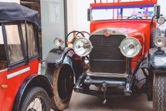 古老红色汽车在德累斯顿,德国王宫  减速火箭的汽车Autoshow  免版税库存图片