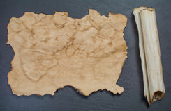 古老纸卷和古老纸 免版税库存照片