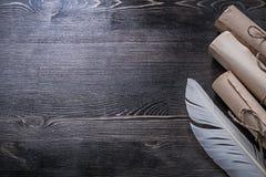 古老纸移动在木板的羽毛 图库摄影