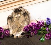 古老纹章学徽章在一个老大厦的 免版税图库摄影