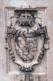 古老纹章学徽章在其中一根的柱子在Mirabell庭院里 奥地利萨尔茨堡 免版税图库摄影