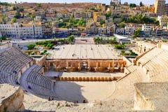 古老罗马剧院的风景看法从上部阳台的在阿曼,约旦 免版税库存照片