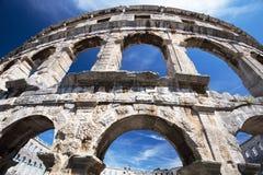 古老罗马圆形剧场和教会普拉的, Istria,克罗地亚 图库摄影
