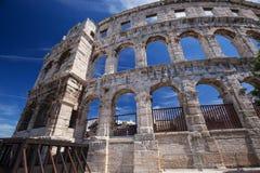 古老罗马圆形剧场和教会普拉的, Istria,克罗地亚 免版税库存图片