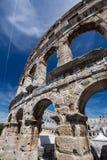 古老罗马圆形剧场和教会普拉的, Istria,克罗地亚 免版税库存照片