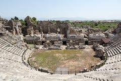 古老罗马圆形露天剧场废墟边的 库存照片