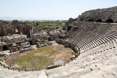 古老罗马圆形露天剧场废墟边的 库存图片