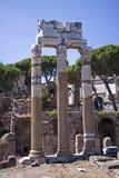 古老罗马寺庙专栏。 库存照片