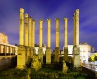古老罗马寺庙在夜 科多巴 免版税图库摄影