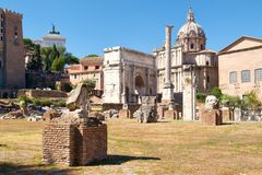 古老罗马广场包括塞普蒂米乌斯・塞维鲁曲拱  图库摄影