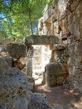 古老罗马式建筑石头废墟  免版税图库摄影