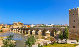 古老罗马桥梁入口河瓜达尔基维尔河科多巴西班牙 免版税库存照片
