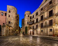 古老罗马门和Placa新星早晨,巴塞罗那 免版税库存图片