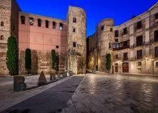 古老罗马门和Placa新星早晨,巴塞罗那 免版税库存照片