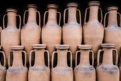古老罗马amphorae被存放在举行船作为传统的自古以来 库存图片