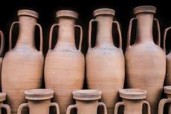 古老罗马amphorae被存放在举行船作为传统的自古以来 免版税库存图片