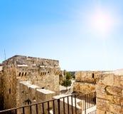 从古老耶路撒冷墙壁的看法贾法角门的在晴朗的天空之中 免版税库存照片