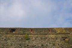 古老背景砖cloudscape严重的楼层中世纪老概略的纹理铺磁砖了墙壁 古老中世纪墙壁 免版税图库摄影