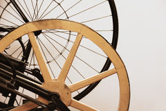 古老自行车车轮 免版税图库摄影