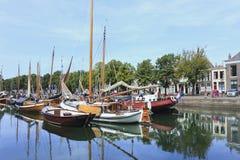 古老船在港口, Zierikzee,荷兰 免版税库存图片