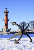 古老船锚和有船嘴装饰的专栏在StPetersburg,俄罗斯 免版税库存图片