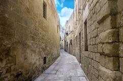 古老荒凉的狭窄的中世纪街道美丽的景色在镇M里 图库摄影